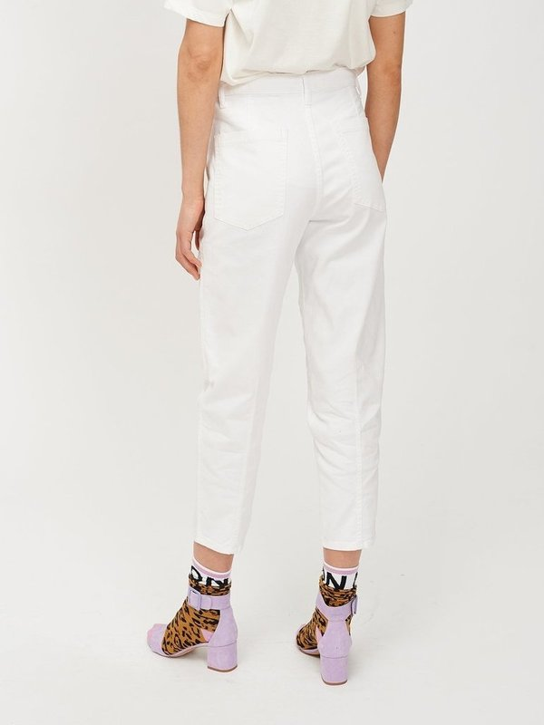 THAT WH00  - TAPERED COLOURED JEANS (WHITE)
